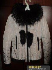 Куртка-пуховик светло-серая с мехом енота